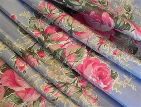 Pink-roses-and-rose-garland-on-blue-vintage-fabric_2218128_290